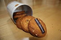 Fünf Cookies aus der Dose fallend