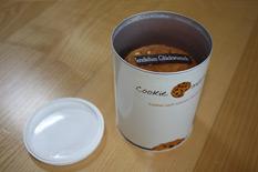 Eine geöffnete Dose mit 6 leckeren Cookies