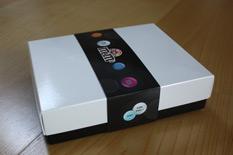 Geschlossene Verpackung aus Pappe in Schwarz/Weiß