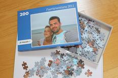 200 Puzzleteile auf dem Rahmen verteilt